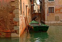 Venezia / Rio di San Boldo / Ponte Storto (Pantchoa) Tags: venise italie vénétie rio sanboldo barque bateau eau pont sangiacomodallorio pontestorto calledemezo poteau