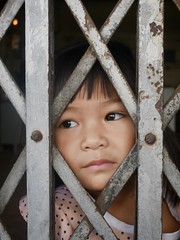 Peeping, Bangkok, January 2020 (Yekkes) Tags: bangkok thailand khlongtoei portrait child girl dreaming peeping bigeyes secret asia fareast happyplanet asiafavorites
