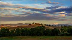 Ein Landhaus (angelofruhr) Tags: dorcia italy italien italia toskana tuscanny toscana alba landschaft val bäume alberi trees pinien allee clouds wolken