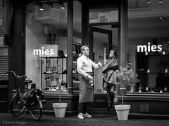 Mies (Bart van Hofwegen) Tags: mies shop haarlem people talk talking store street streetphotography city citystreet citylife urban urbanphotography urbanlife blackandwhite monochrome