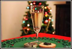 Jour de fête. (Les photos de LN) Tags: noël fête repas coupe champagne caviar toast sapin décoration festif voeux souhaits bulles bokeh lumières couleurs