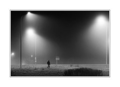 Seul dans le brouillard (freephysique) Tags: noir et blanc monochrome nuit night ambiance gens flickr street urban people blackandwhite bw nb philippe morin ganet photographie galerie photos pictures freephysiquefreefr photographes better than good france image perfect composition amateurs only best landscape world paysage mesplusbellesphotos nikon addicts national geographic wide artists favorite picture flickrunitedwinner d750 dxo photolab visit views favoriten gold star awards images belles raw jpeg flickrcentral rules walking toward heaven community candid camera colourblind