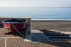 In attesa della bella stagione... (Renato Pizzutti) Tags: liguria cavidilavagna spiaggia mare blu barca scivolovaroealaggio ciotoli maredinverno attesa nikon renatopizzutti