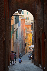 Steep street in Siena (Thomas Roland) Tags: unesco world heritage site piazza del campo europe europa italy italia italien sommer summer nikon d7000 travel rejse toscana tuscany by stadt town city siena street gade steep stejl arch arched