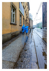 Blue couple (leo.roos) Tags: blau regen mens stad weer sonx perspec geelblau poland polska polen wroclaw wrocław nex breslau darosa may2013 leoroos nex5n sel1018 wroclawdyxummeet sony10184 street blue people rain raincoat regenjas