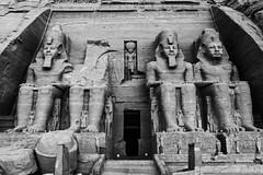 Abu Simbel. Templo de Ramses II (Egg2704) Tags: egipto egypt abusimbel templosdeabusimbel temploderamsesii arteegipcio escultura esculturas antiguoegipto blancoynegro blackandwhite blanconegro blackwhite monocromo monochrome bn byn eloygonzalo egg2704