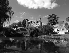 Le souvenir d'un été... (François Tomasi) Tags: montrésor castel château indreetloire touraine patrimoinedefrance architecture eau water yahoo google flickr françoistomasi tomasiphotography justedutalent groupejustedutalent monochrome blackandwhite noiretblanc nature campagne lights light lumière iso filtre digital numérique pointdevue pointofview pov 2019 photo photographie photography photoshop donjons donjon clouds cloud nuages nuage ciel sky reflection voyage travel vue panorama arbres arbre trees tree