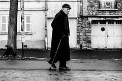 L'homme à la canne. (LACPIXEL) Tags: homme man hombre canne stick walkingstick bastón cayado rue street calle callejera photographederue france noiretblanc flickr lacpixel sony human