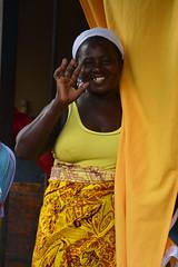 Sourire Praia Cap vert _2983 (ichauvel) Tags: femme woman marchédesucupira praia iledesantiago capvert caboverde jaune yellow sourire smile portrait rue street streetportrait portraitderue voyage travelexterieur outside