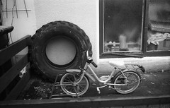 Bremen Analogtreffen 19/10: Reserverad? (Etzadle) Tags: bremen exaktavarexiib fahrrad reifen wheels kodakd76 fomapan100 street bw sw antbremen1910