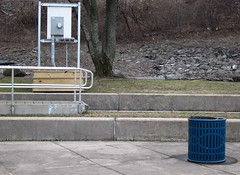 Die Erfindung des Basketball (1) - Der Korbleger / The Invention of Basketball (1) - The Lay-Up (bartholmy) Tags: hartford ct charteroak sheldon charteroaklanding mülleimer bin trashcan gangway utilitymeter stromzähler podest pedestal flutschutz highwatersafe treppe stufen steps deich levee baum tree steckdose outlet socket geländer railing basketball büsche shrubs korb basket