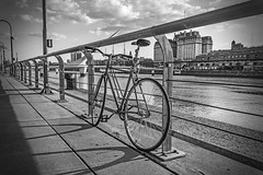 The bike rest (Wal Wsg) Tags: planetbike planetabici bicicleta bici bicicletas bicicletta bicis biciclettas bike bikes bicicletasestacionadas biciparlare argentina buenosaires caba capitalfederal ciudaddebuenosaires puertomadero byn blancoynegro monocromatico monocromatic monocromo phwalwsg photography photo fotografia foto fotocallejera street streets callejeando calles outside canon canont6i canonesorebelt6i dia day