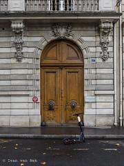 Avenue d'Iéna, Paris (Ivan van Nek) Tags: avenuediéna paris france frankrijk frankreich 2019 d7200 nikon sigma1770 doorsandwindows ramenendeuren tür door deur porte facade architecture architectuur architektur
