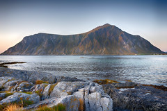 Skagsanden Beach/Flakstad (ChristianMandel) Tags: flakstad nordlandcounty norway norwegen lofoten sunset beach mountain sea norwegiansea europäischesnordmeer ilce7iii sonya7iii loxia25mmf24