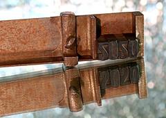 2020 (Anne-Miek Bibbe) Tags: 2020 smileonsaturday happpysmileonsaturday canoneos70d annemiekbibbe bibbe nederland tabletopphotography drukletters houtendrukletters vintage woodentype zethaak composingstick