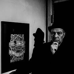 Picture and man at an exhibition (StreetMatt) Tags: gatufoto kväll
