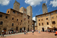 Piazza della Cisterna, San Gimignano (Thomas Roland) Tags: unesco world heritage site europe europa italy italia italien sommer summer nikon d7000 travel rejse toscana tuscany by stadt town city siena piazza della cisterna san gimignano medieval tower towers