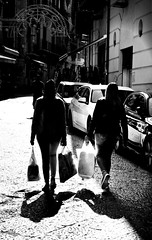 002097 (la_imagen) Tags: palermo sicily sizilien sicilya sicilia italy italia italien italya centrostorico sw bw blackandwhite siyahbeyaz monochrome street streetandsituation sokak streetlife streetphotography strasenfotografieistkeinverbrechen menschen people insan light shadow licht schatten gölge ışık silhouette silhuette siluet contrast kontrast aykırılık
