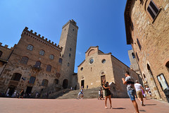 San Gimignano - Piazza del Duomo (Thomas Roland) Tags: piazza del duomo unesco world heritage site europe europa italy italia italien sommer summer nikon d7000 travel rejse toscana tuscany by stadt town city siena della cisterna san gimignano medieval tower towers
