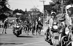 Runners (caco.carvalho) Tags: film analog kodak sãopaulo filme tmax400 2019 leicam3 sãosilvestre summicron90mm pretoebranco blackandwhite street runners corredores