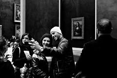 002098 (la_imagen) Tags: sw bw blackandwhite siyahbeyaz monochrome menschen people insan paris parisds2019 louvre museum monalisa davinci cellphone mobilephone