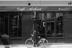 Café Matisse (just.Luc) Tags: bicycle bicyclette fahrrad fiets café bar pub windows ramen fenster fenêtres parijs parigi paris îledefrance france frankrijk frankreich francia frança bn nb zw monochroom monotone monochrome bw europa europe