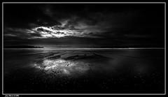 Plage en N&B........ (jmfaure29) Tags: jmfaure29 nature nuages nb monochrome canon finistère bretagne beach plage paysage sigma sky seascape sea minimalisme ciel clouds