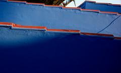 Azul y rojo (Rhisiart Hincks) Tags: playadelinglés grancanaria islascanarias yrynysoedddedwydd nahoileáinchanáracha architektur architettura pensaernïaeth arkitektura architecture adeiladouriezh tisavouriezh ailtireachd ailtireacht pennserneth építészet architektūra arhitektūra hoahoanga 建築 gwead texture uigeacht tropicalalazona urdin glas bleu azul blue gorm red gorri ruz rouge dearg rojo rosso raudonas sarkans rød червоний красный أحمر אדום წითელი punane piros 红 赤 roșu červená skèle