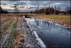 Granholmsbäcken och käldängsbron (Jonas Thomén) Tags: bäck creek field åker snow snö gräs grass landscape landskap granholmsbäcken käldängsbron bridge bro water vatten evening kväll moln clouds
