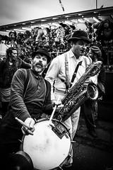 Tambour et saxo. (LACPIXEL) Tags: foireauxharengs dieppe normandie france homme man hombre musicien saxophone tambour fête rue street calle photographederue noiretblanc nikon nikonfr flickr lacpixel