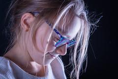 - Lucie - (Frank Gautier) Tags: portrait studio enfant child children visage penseur lunettes nikon d800 85 mm 18 fond noir backligth main frère soeur