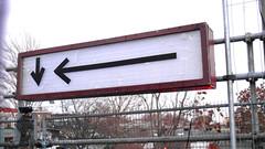 gwb | pfeile (stoha) Tags: pfeile arrows pfeil arrow schild sign zaun berlin berlino guesswhereberlin gwb stoha soh berlijn duitsland germany deutschland gwbgerdmittelberg gwbgmfdk warschauerstrase warschauerstr friedrichshain berlinfriedrichshain suicidecircus