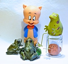 Porky and the Frogs (ricko) Tags: stilllife porkypig bobblehead frogs head toy shotglass 2020 05366