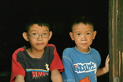 brothers in a doorway (the foreign photographer - ฝรั่งถ่) Tags: two brothers children doorway khlong thanon portraits bangkhen bangkok thailand canon