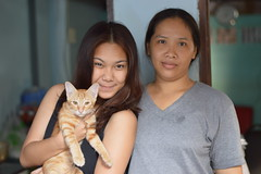 grrr (the foreign photographer - ฝรั่งถ่) Tags: two women cat khlong thanon portraits bangkhen bangkok thailand nikon d3200