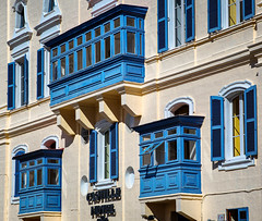 Blue world in Valletta. (Siuloon) Tags: valletta malta architektura architecture architettura architetura city balconies balcony balkone okno window blue lines linia gebäude fassade building cityofculture2018 hotel castillehotelvalletta castillehotel
