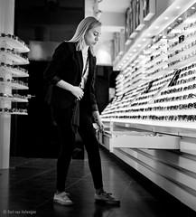 Gafas (Bart van Hofwegen) Tags: glasses gafas sunglasses woman girl shop store streetphotography urban urbanphotography urbanlife málaga malaga blackandwhite monochrome