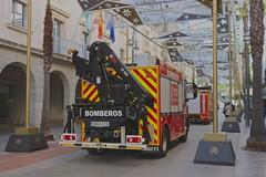 Camion Iveco de los bomberos de Huelva. Intervención en calle Garci-Fernandez, reventon de tubería. (Harry Espotterr, Er Buzo.) Tags: bomberos pompier feuerwehr firefighter camiondebomberos firetruck bomberosdehuelva aytodehuelva huelva andalucia españa spain iveco bul fsv