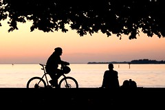 sunset talk (Wackelaugen) Tags: sunset sundown bike bicycle silhouette canon eos 760d photo photography stephan wackelaugen bodensee lakeconstance lake water nature