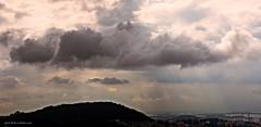 Cielo de Guanabara (-Ana Lía-) Tags: nikon cielo sky flickr guanabara brasil ríodejaneyro nubes luz contraluz picado morro altura mar mare océano atlántico ciudad city casas caserío cuesta elevación paisaje paysaje naturaleza nature landscape analialarroude imagen nwn