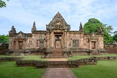 Prasat Muang Tam / Thaïlande album. (geolis06) Tags: prasatmuangtam nikon asia khmer religion buddhism bouddha asie pilgrim thailande bouddhisme pélerin geolis06 nikonz6 statue temple buddha prayer monk moine prière