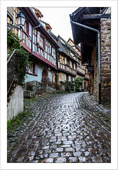 Sur les pavés humides de Eguisheim (Francis =Photography=) Tags: europa europe france grandest alsace 68 hautrhin eguisheim routedesvins vigneron maison construction structure maisonalsacienne maisonsalsaciennes maisonsàcolombages