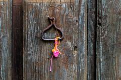 Olvido (Walimai.photo) Tags: door puerta detalle detail lana color colour nikon d7000 nikkor 35mm villanuevadelconde salamanca spain españa madera wood metal wool