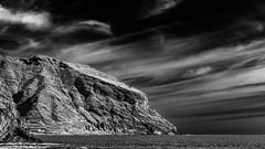 Un petit passage à Tenerife mais sans faire commerce d'esclaves ni extermination de la population locale... XIX/XXX. (Stéphane Désiré) Tags: tenerife canaries canarias noiretblanc mer océan roche montagne ciel nuage 100mm