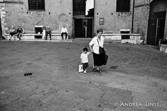 siena ... (andrealinss) Tags: italia italien italy toscana toskana tuscany siena schwarzweiss street streetphotography streetfotografie bw blackandwhite analog film leicam6 leica andrealinss 35mm