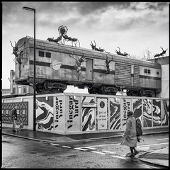 L'attaque des fourmis géantes (Des.Nam) Tags: nb noiretblanc nikon noirblanc monochrome mono fourmis wagon bw blackwhite desnam d850 1635mmf4 london londres angleterre uk england street streetphotographie streetart people carré square frame analogefex ants train