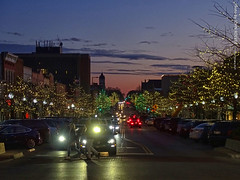 Holiday Lights in Downtown Lawrence, 3 Jan 2020 (photography.by.ROEVER) Tags: kansas douglascounty lawrence downtown downtownlawrence 2020 january january2020 evening night dusk aftersunset massst massstreet massachusettsst massachusettsstreet holidaylights lights 8thstreet 8thst intersection usa