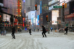 Walking in the snow (erichudson78) Tags: usa nyc newyorkcity manhattan timessquare streetphotography scènederue snow neige paysageurbain urbanlandscape canonef24105mmf4lisusm canoneos6d