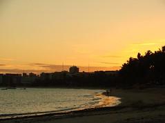 (my) Old Sony DSC-H5 (Ruby Augusto) Tags: pôrdosol sunset praiaoceânica beach sand areia turistas tourists coqueiros city cidade prédios barcos botas nordestebrasileiro sonydsch5