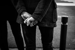 Le langage des mains. (LACPIXEL) Tags: langage main homme rue street calle lenguaje language hand mano sony versailles noiretblanc blancoynegro blackandwhite flickr lacpixel